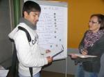 """Navigation durch den """"Jobclub"""": Organisatorin Annette Oehler vom Kreisjugendring verteilt die Jugendlichen auf die 12 Stationen"""