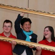 Katrin Altpeter mit Jugendlichen & Bilderrahmen