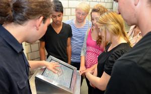 Der interaktive Infostand mit Touchscreen wird von den jugendlichen getestet